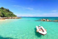 在天堂海滩的小船在酸值maiton海岛,普吉岛,泰国 库存照片