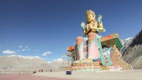 Maitrieya Buddha på snöberget och bakgrund för blå himmel på den Diskit kloster Arkivfoton