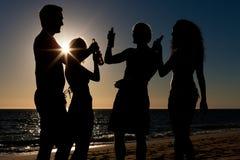 mają partyjnych ludzi plażowi napoje Zdjęcia Royalty Free