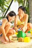 mają potomstwa zabaw plażowe dziewczyny fotografia royalty free