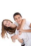 Mają zabawę roześmiani młodzi nastolatkowie obraz royalty free