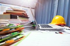 Majątkowego inżynieria kontrahenta biurka pracująca pastylka z drewnem ho zdjęcie royalty free
