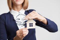 Majątkowego ubezpieczenia i ochrony pojęcie Agent nieruchomości oferty dom Obrazy Stock