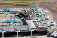 Maj 11, 2011, Amsterdam, Nederländerna Flyg- sikt av den Schiphol Amsterdam flygplatsen med nivåer från KLM Arkivbild