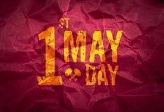 1 Maj dag (internationell arbets- dag) på röd skrynklig pappers- textur, feriebegrepp Arkivfoton