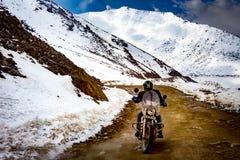 4 Maj 2016 - en man rider en motorcykel till den Nubra dalen på Arkivbild