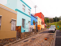 06 Maj, 2014 - gata i Bo-Kaap Ljust färgar Sikten över stad och tabellberg från seaa sid Sout Fotografering för Bildbyråer