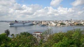 Maj 4, 2018, havannacigarr, Kuba Ett par av kryssningskepp anslutas på The Edge av den gamla havannacigarren Royaltyfri Bild