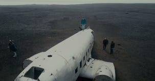 25 2017 MAJ, ICELAND Widok z lotu ptaka rujnujący samolot DC-3 w czarnym piasku w Iceland Copter lata nad tłumem turyści zbiory wideo