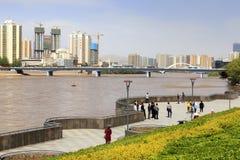 Maj 17 2017 Lanzhou Kina Folk som går nära Yellowet River Fotografering för Bildbyråer