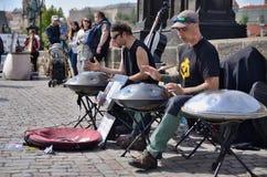 10 Maj, 2017, muzyk z ich bębenami Charlese most, Praga, republika czech Obrazy Royalty Free