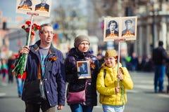 Maj 9, 2017, Nevsky utsikt, St Petersburg, Ryssland Familj tecken av handlingen av det odödliga regementet, en folkmassa av folk  royaltyfri foto