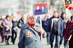 Maj 9, 2017, Nevsky utsikt, St Petersburg, Ryssland Ferien kan på 9, en äldre kvinna bär ett tecken av handlingen av royaltyfria foton