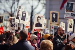 Maj 9, 2017, Nevsky utsikt, St Petersburg, Ryssland 9 kan ferie, tecken av handlingen av det odödliga regementet, en folkmassa av royaltyfri fotografi