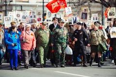 Maj 9, 2017, Nevsky utsikt, St Petersburg, Ryssland 9 kan ferie, tecken av handlingen av det od?dliga regementet, en folkmassa av royaltyfri foto