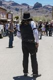 MAJ 20 2018 - OATMAN, ARIZONA: Aktorzy przedstawiają starą zachód banity strzelaninę przy południem, dramatyzującym dla turystów, zdjęcie stock