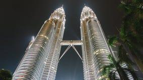 Maj 13, 2017: Petronas bliźniacze wieże przy nocą w Kuala Lumpur, Malezja zdjęcia royalty free