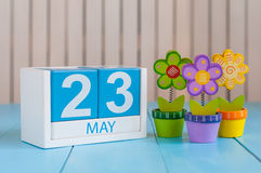 Maj 23rd Wizerunek może 23 koloru drewniany kalendarz na białym tle z kwiatami Wiosna dzień, opróżnia przestrzeń dla teksta Fotografia Royalty Free