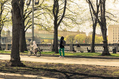 Maj 4, 2015 Rosja, Moskwa spacer w parku wymieniającym po Gorky obrazy stock