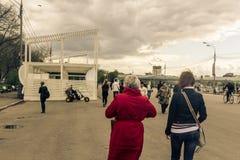 Maj 4, 2015 Rosja, Moskwa spacer w parku wymieniającym po Gorky Fotografia Stock