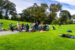 Maj 6, 2018 San Francisco, CA, usa/- grupa amatorscy muzycy zbierający na łące w golden gate parku, śpiew i obraz royalty free