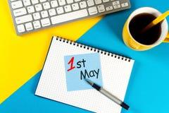 Maj 1st dag 1 av kan månaden, kalender på bakgrund för kontorsarbetsställe Vårtid, internationell arbets- dag Arkivfoto