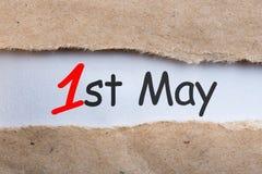 Maj 1st dag 1 av kan månaden, kalender på sönderriven kuvertbakgrund Vårtid, internationell Labour dag Royaltyfri Bild