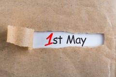 Maj 1st dag 1 av kan månaden, kalender på sönderriven kuvertbakgrund Vårtid, internationell Labour dag Royaltyfria Foton