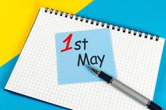 Maj 1st dag 1 av kan månaden, kalender på tabellen för affärskontoret, arbetsplatsbakgrund Vårtid, arbets- dag Royaltyfri Foto