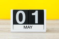 Maj 1st dag 1 av månaden, nedräkningkalendernärbild, på gul bakgrund Fjädra den tid… ron lämnar, naturlig bakgrund Royaltyfria Bilder