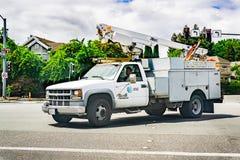 Maj 17, 2019 Sunnyvale/CA/USA - AT&T servicelastbil som kör på en gata i en bostads- grannskap; emblem som visas på royaltyfria foton