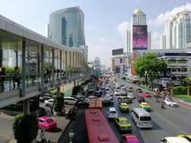 11 2019 Maj, Tajlandia, Frontowa droga &-x22; Centrala World&-x22; przegapiać nowożytnych budynki, Pratunam okręg zdjęcia stock