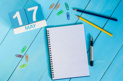 Maj 17th Bilden av kan den träkalendern för färg 17 på blå bakgrund Vårdagen, tömmer utrymme för text internationellt Royaltyfri Fotografi