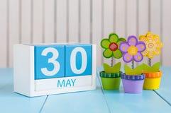 Maj 30th Bilden av kan den träkalendern för färg 30 på vit bakgrund med blomman Vårdagen, tömmer utrymme för text Arkivbilder