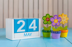 Maj 24th Bilden av kan 24 träfärgkalender på vit bakgrund med blommor Vårdagen, tömmer utrymme för text _ Arkivfoto