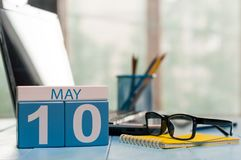 Maj 10th Dag 10 av månaden, kalender på bakgrund för affärskontor, arbetsplats med bärbara datorn och exponeringsglas Vårtid som  Royaltyfri Foto