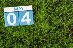 Maj 4th Dag 4 av månaden, kalender på bakgrund för grönt gräs för fotboll Vårtid, tömmer utrymme för text Fotografering för Bildbyråer