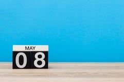 Maj 8th Dag 8 av månaden, kalender på blå bakgrund Vårtid, tömmer utrymme för text VärldsRöda korset och rött Arkivfoto
