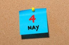 Maj 4th Dag 4 av månaden, kalender på korkanslagstavlan, affärsbakgrund Vårtid, tömmer utrymme för text Royaltyfria Bilder