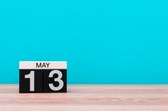 Maj 13th Dag 13 av månaden, kalender på turkosbakgrund Vårtid, tömmer utrymme för text Arkivbild