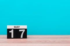 Maj 17th Dag 17 av månaden, kalender på turkosbakgrund Vårtid, tömmer utrymme för text Arkivfoton