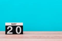 Maj 20th Dag 20 av månaden, kalender på turkosbakgrund Vårtid, tömmer utrymme för text Royaltyfri Bild