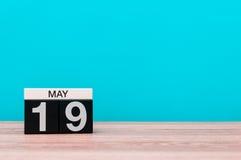 Maj 19th Dag 19 av månaden, kalender på turkosbakgrund Vårtid, tömmer utrymme för text Arkivfoton