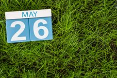 Maj 26th Dzień 26 miesiąc, kalendarz na futbolowym zielonej trawy tle Wiosna czas, opróżnia przestrzeń dla teksta Obrazy Royalty Free