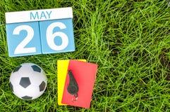 Maj 26th Dzień 26 miesiąc, kalendarz na futbolowym zielonej trawy tle z piłek nożnych akcesoriami Wiosna czas, opróżnia przestrze Zdjęcie Stock