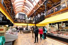 Maj 20th, 2017, kork, Irland - engelska marknadsför, en kommunal matmarknad i mitten av kork Arkivbilder