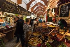 Maj 20th, 2017, kork, Irland - engelska marknadsför, en kommunal matmarknad i mitten av kork Arkivfoton