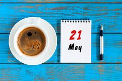 Maja 21st dzień 21 miesiąc, łza kalendarz z ranek filiżanką przy miejsca pracy tłem Wiosna czas, odgórny widok Zdjęcie Royalty Free