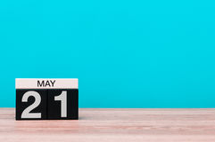 Maja 21st dzień 21 miesiąc, kalendarz na turkusowym tle Wiosna czas, opróżnia przestrzeń dla teksta Fotografia Stock
