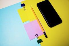 Majchery dla nagrywać, papierowe klamerek, ołówka i telefonu komórkowego, rozwiązuje problem biurowych temat sytuacji Zdjęcie Royalty Free